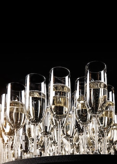 Taças de champanhe de luxo em parede preta