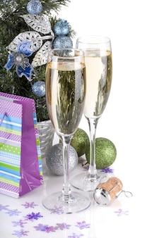 Taças de champanhe, decoração de abeto e natal. fechar-se