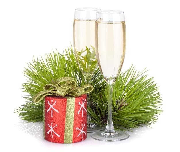 Taças de champanhe, decoração de abeto e natal. isolado em fundo branco