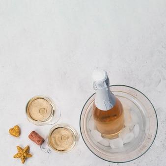 Taças de champanhe e garrafa com espaço de cópia