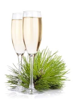 Taças de champanhe e pinheiro. isolado no fundo branco