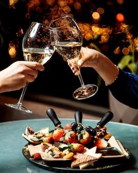 Taças de champanhe e prato de frutas