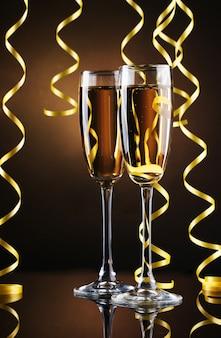 Taças de champanhe e serpentina