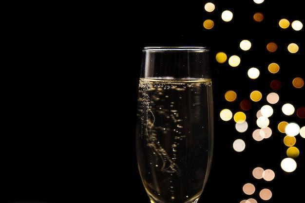 Taças de champanhe em ambiente festivocloseup