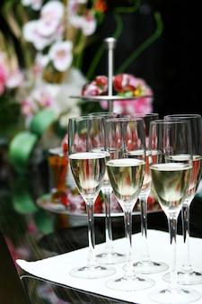 Taças de champanhe em cima da mesa