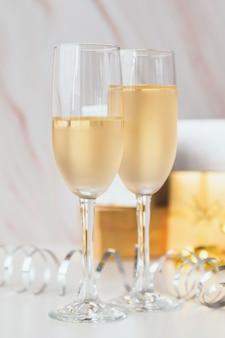 Taças de champanhe em close-up em cima da mesa