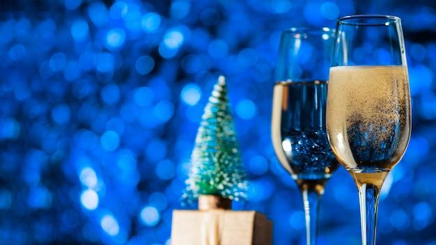 Taças de champanhe em decoração festiva de azul