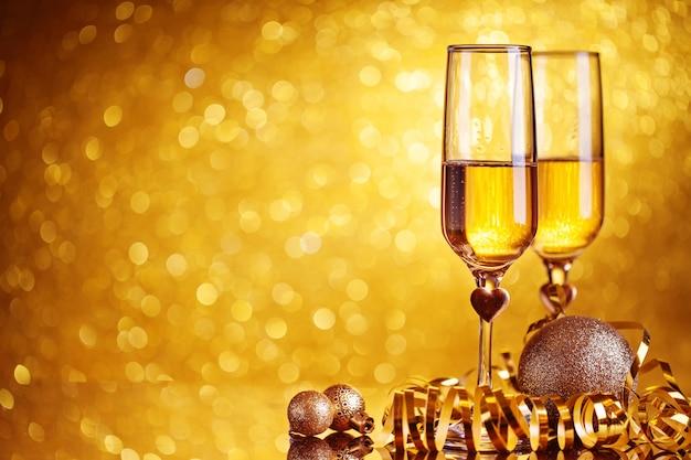 Taças de champanhe em um fundo bonito bokeh. feliz ano novo. fundo de férias de natal e ano novo, temporada de inverno. fundo com espaço de cópia.