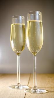 Taças de champanhe em uma mesa de madeira