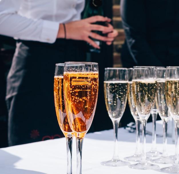 Taças de champanhe na frente de uma senhora