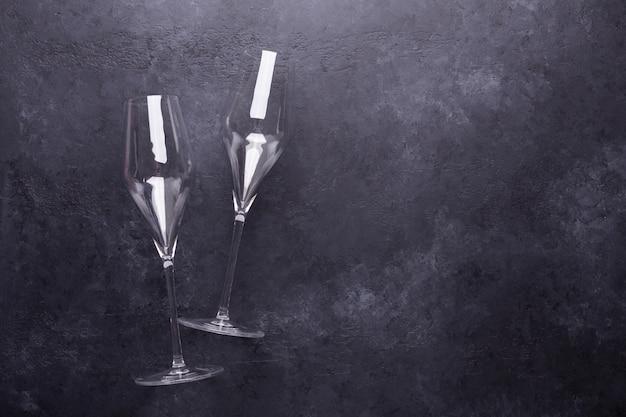 Taças de champanhe na pedra preta