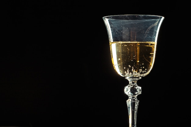Taças de champanhe para ocasião festiva contra um fundo escuro