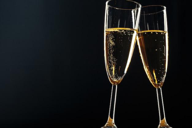 Taças de champanhe para ocasião festiva em um escuro