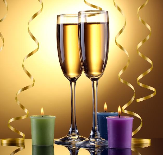 Taças de champanhe, velas e serpentina