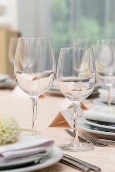 Taças de vidro na mesa de restaurante