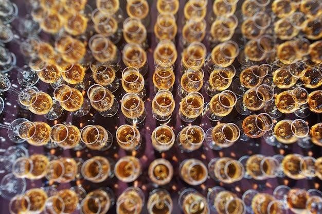 Taças de vinho, champanhe e conhaque na recepção do casamento