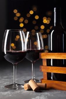 Taças de vinho de close-up com bokeh de fundo