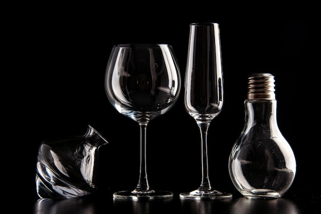 Taças de vinho de vista frontal diferentes formadas na cor preta champanhe natal bebida alcoólica
