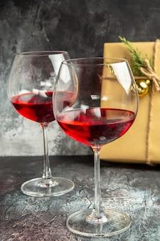 Taças de vinho de vista frontal presentes no escuro