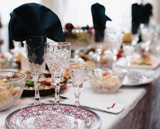 Taças de vinho e bebidas na mesa festiva do restaurante