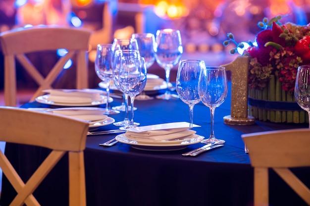 Taças de vinho em mesa servida durante evento festivo