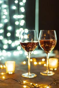 Taças de vinho em um fundo de bokeh de mesa bac