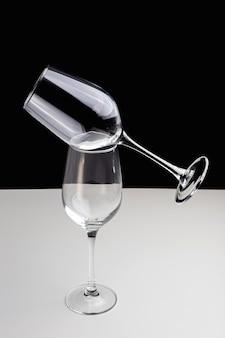Taças de vinho em um fundo preto e branco