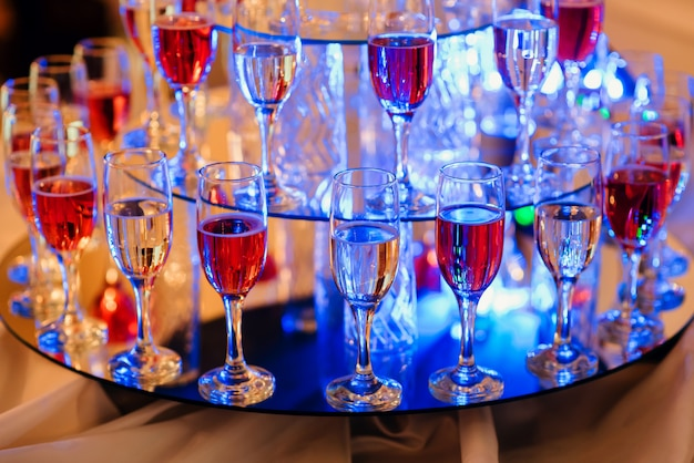 Taças de vinho no bar para celebrar uma festa