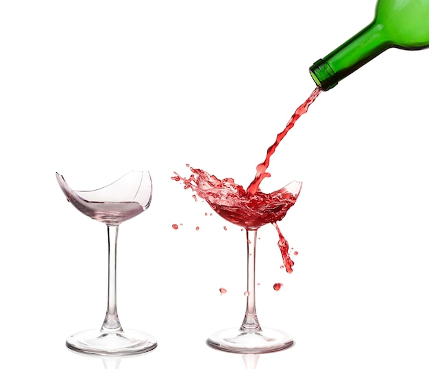 Taças de vinho quebradas isoladas no branco