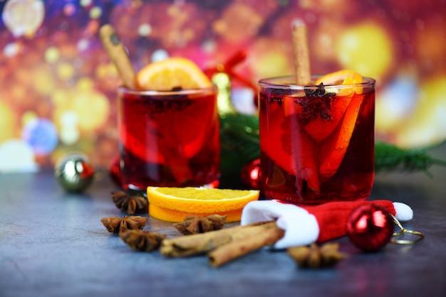 Taças de vinho quente vermelho decorado mesa