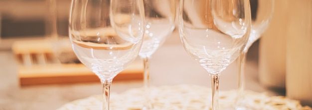 Taças de vinho servidas para jantar em família na cozinha, decoração para casa e conceito de design de interiores de luxo