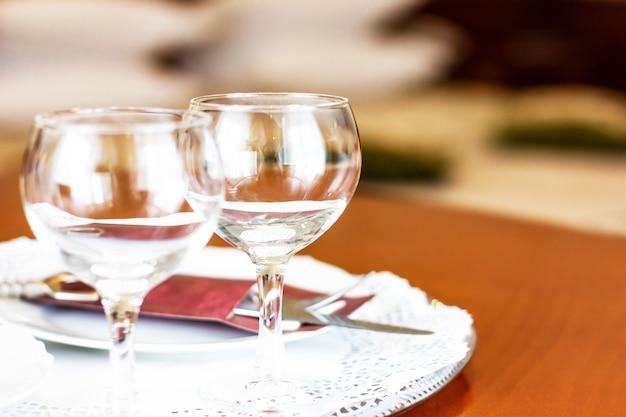 Taças de vinho vazias no quarto