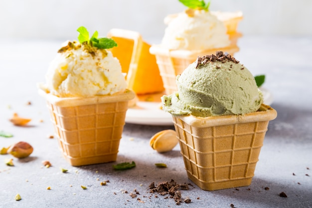 Taças de waffle com sorvete de pistache
