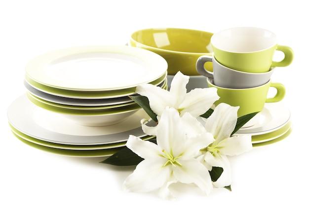Taças, pratos e copos vazios isolados no branco