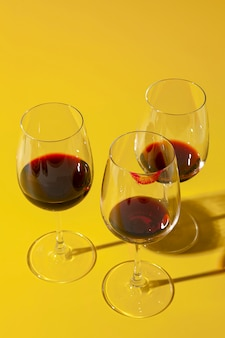 Taças sujas com vinho tinto