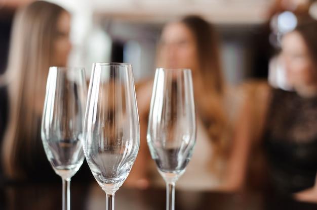 Taças vazias de champanhe no fundo das meninas
