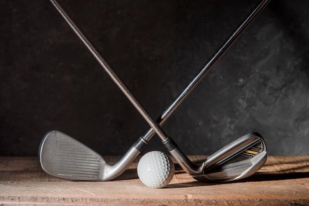 Taco e bola de golfe
