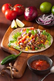 Taco mexicano com carne tomate salasa cebola milho