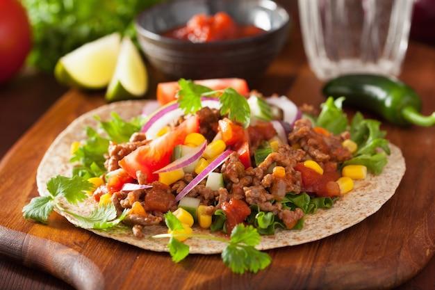Taco mexicano com carne tomate tomate cebola salsa