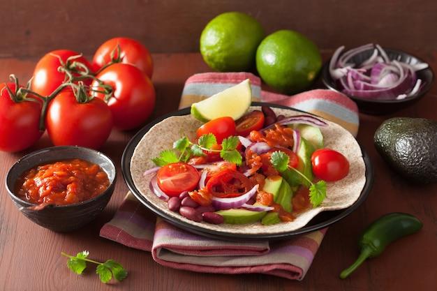 Taco vegan com molho de tomate e abacate feijão e salsa