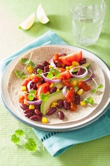 Taco vegano com legumes, kidey beans e salsa