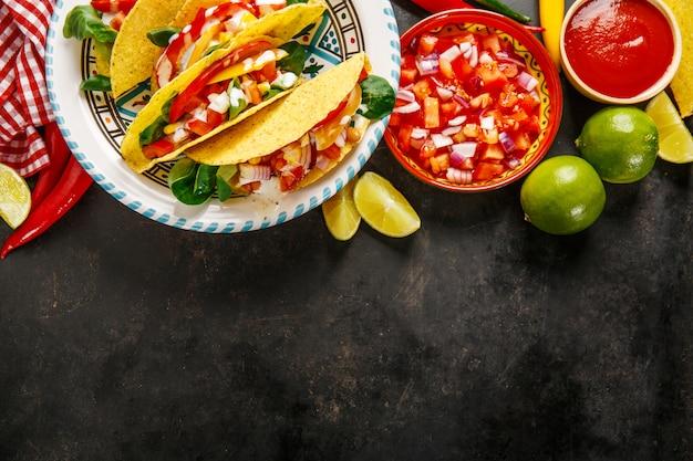 Tacos apetitosos saborosos com legumes