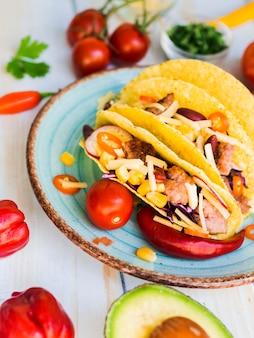 Tacos colocados na mesa perto de legumes
