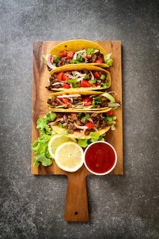 Tacos com carne e legumes - estilo de comida mexicana