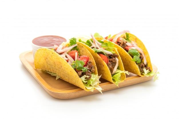 Tacos com carne e legumes isolados no fundo branco