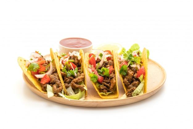 Tacos com carne e legumes, isolados no fundo branco