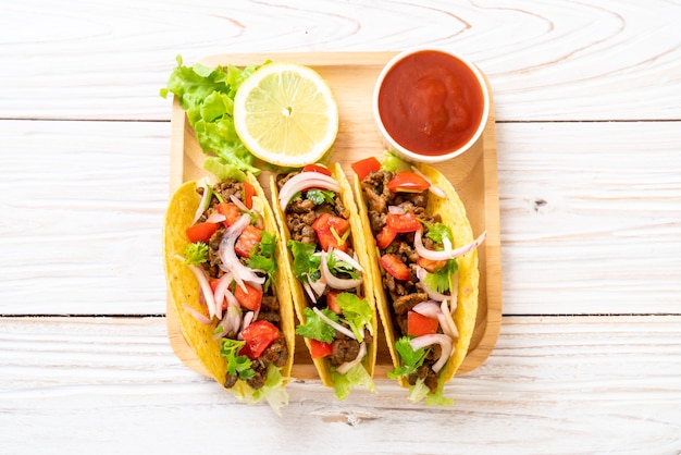 Tacos com carne e legumes