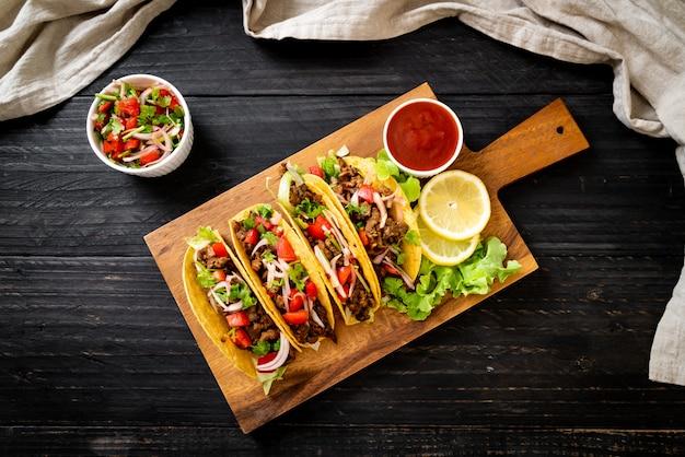 Tacos com carne e vegetais