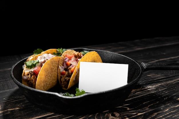 Tacos com carne, legumes e salsa