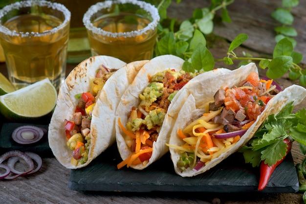 Tacos com diferentes recheios e tequila